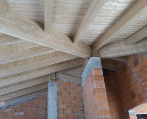 struttura in legno chiaro con dettagli progetto 2